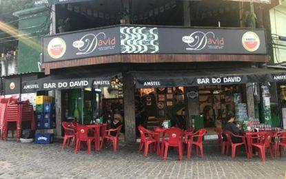 Abren bares y restaurantes en Río de Janeiro, Brasil.