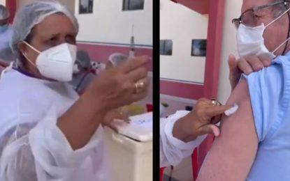 """Hace diez agujeros"": Enfermera dice usar la misma jeringa para vacunar contra covid-19; causa polémica"