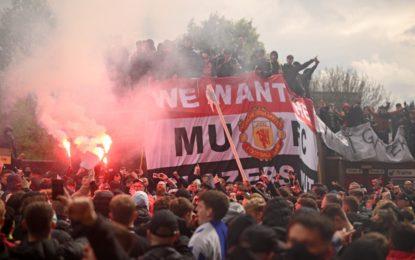 Fans de Manchester United se cuelan en Old Trafford para protestar contra los dueños