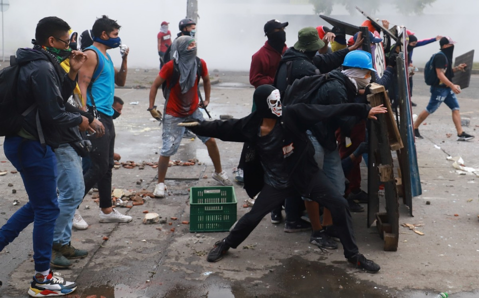 Noche de caos en Bogotá con incendio en puestos policiacos; había policías dentro de instalaciones